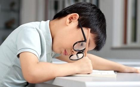Bảo vệ mắt cho trẻ trong từng giờ học